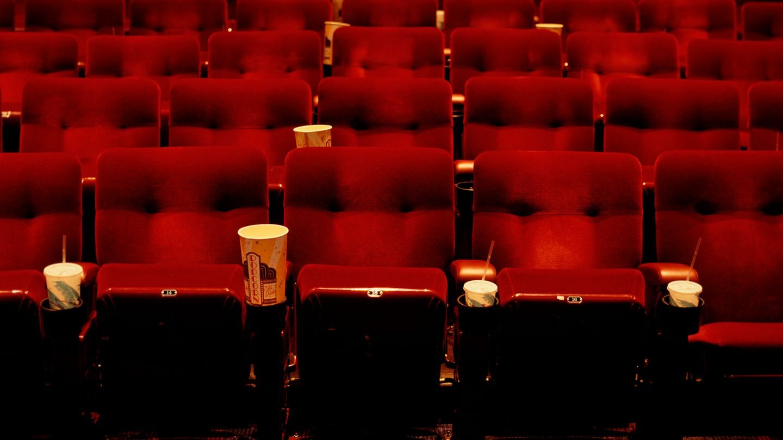 Ein leerer Kinosaal voller Popcorn und Abfall