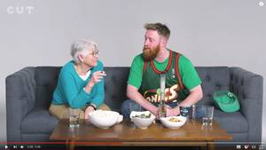 Oma Helen und ihr Enkel Andrew sitzen auf einer Couch und kiffen