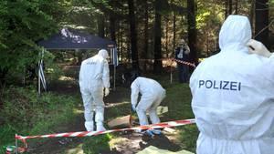 Kriminalbeamte untersuchen im Juni 2010 den Ort an dem die Leiche von Maria Bögerl gefunden wurde