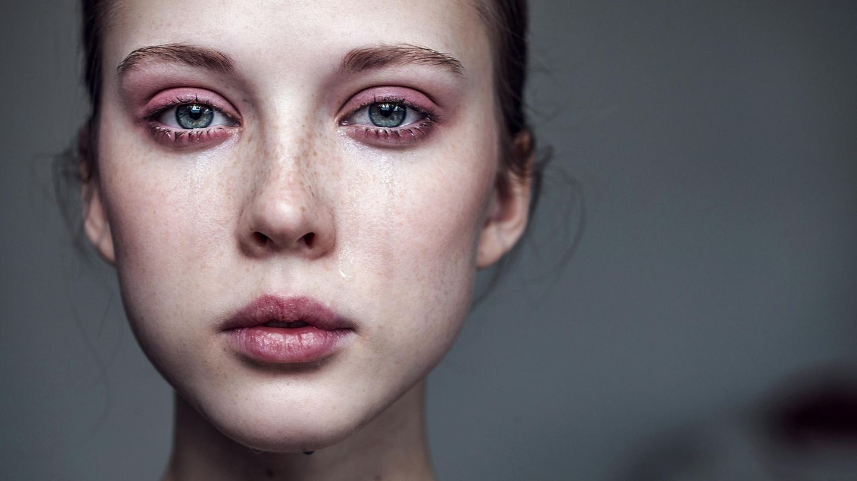 Ein weiblicher Teenager weint