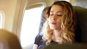Nicht nur beim Nachtflug machen Passagiere im Flugzeug ein Nickerchen