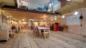 Der große Salon mit der Küche.