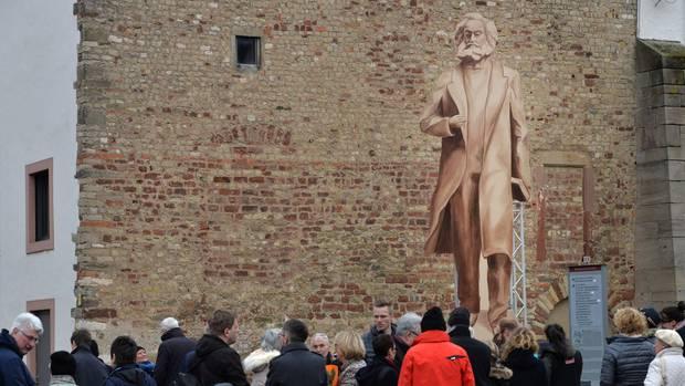 Ein hölzerner Schattenriss gibt den Einwohnern von Trier einen ersten Eindruck davon, wie die Statue von Karl Marx aussehen soll