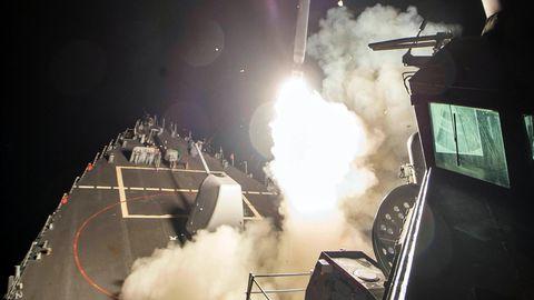 Die USS Ross startet eine Tomahawk-Rakete. Die 59 Raketen wurden in mehreren Wellen abgefeuert, können das Ziel aber zeitgleich erreicht haben.