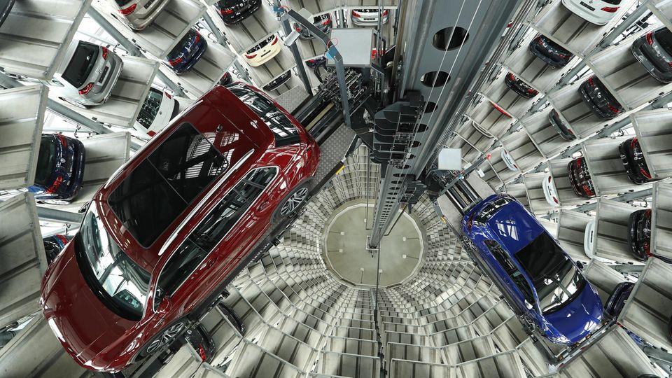Stolz präsentiert VW bis zu 400 Neuwagen in den Auslieferungstürmen in Wolfsburg