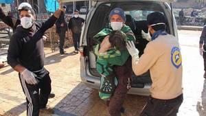 Helfer versorgen die Opfer in der syrischen Stadt Chan Scheichun