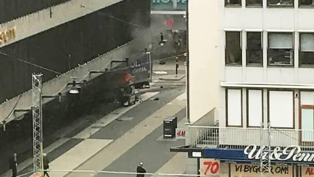Die Einkaufsstraße Drottninggatan im Zentrum von Stockholm: Das Heck eines Lkws ragt aus einem Kaufhaus heraus.