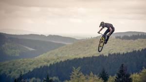 """""""Ich erwischte diesen Mountainbike-Profi bei den ersten Sprüngen des Tages. Ein Glücksfall: Das Morgenlicht gibt dem Bild seinen speziellen Reiz.""""      Mehr Fotos vonBordsteinin derVIEW Fotocommunity      Aktionen und Informationen aus der VIEW Fotocommunity aufFacebookoderTwitter"""