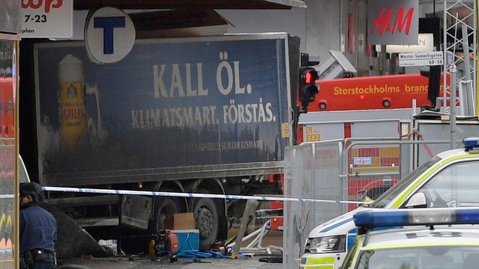 Ein blauer Bier-Lkw steht nach dem Anschlag von Stockholm in der Front eines Kaufhauses