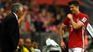 Robert Lewandowski fasst sich nach seiner Auswechslung gegen den BVB an die Schulter