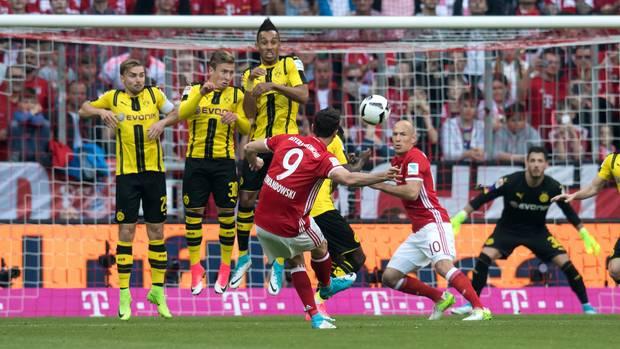 Der BVB-Youngster Ousmane Dembélé duckt sich in der Mauer weg und Robert Lewandowski trifft für die Bayern