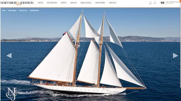 """Für 7,5 Millionen Euro wird die Luxusyacht """"Germania Nova"""" auf der Internetseite von """"Northrop & Johnson"""" angeboten. Alle technischen Details sowie weitere Bilder sind darauf zu sehen. Vorheriger Besitzer war der deutsche Unternehmer Jürgen Großmann. Im März starb ein 18-jähriges Mädchen auf der Yacht."""