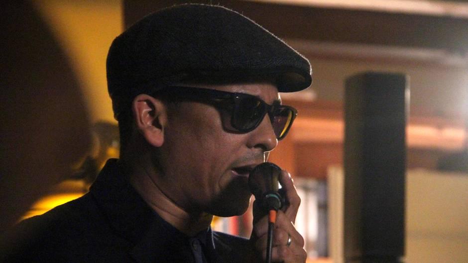 Xavier Naidoo gibt ein Live-Konzert im Wohnzimmer