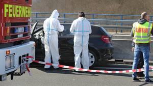 Ermittler der Polizei sichern auf der Autobahnbrücke bei Bischbrunn (Bayern) Spuren