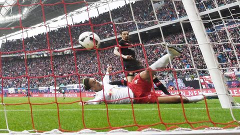 Yussuf Poulsen (r.) von RB Leipzig trifft zum 1:0 in der Fußball Bundesliga gegen Bayer Leverkusen