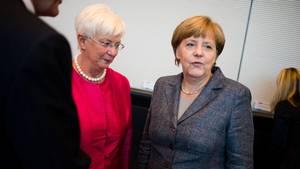 Bundeskanzlerin Angela Merkel mit der Vorsitzenden der CSU-Landesgruppe, Gerda Hasselfeldt, bei einer Sitzung in Berlin