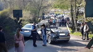 Ein beschädigtes Auto steht in Ratingen auf einem Bahnübergang