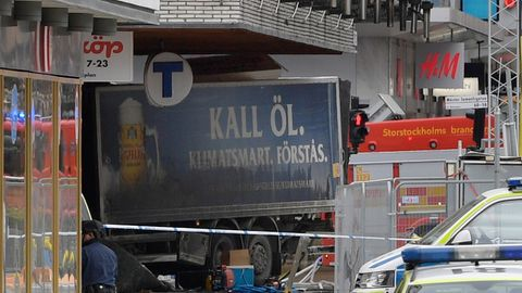 Anschlag in Stockholm - am Freitag raste ein Lkw in ein Kaufhaus