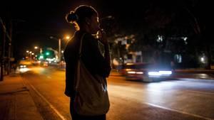 Eine Prostituierte steht an einer viel befahrenen Straße. Immer mehr Flüchtlinge suchen einen Ausweg in der Prostitution.