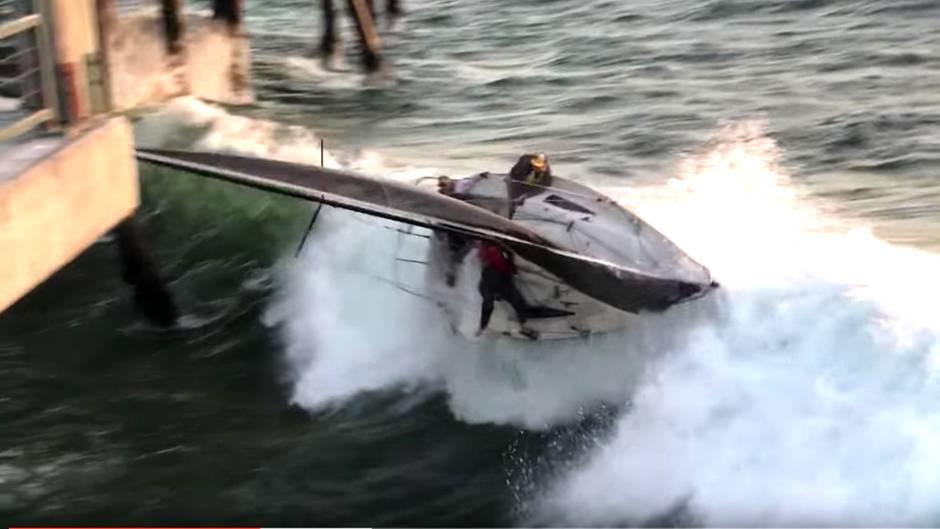 Gefährlicher Unfall: Riesenwelle erfasst Segler auf kleinem Boot