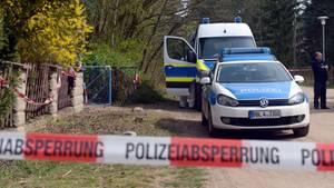 Polizei vor dem Grundstück in Borkheide, auf dem Teile einer zerstückelten weiblichen Leiche entdeckt wurde