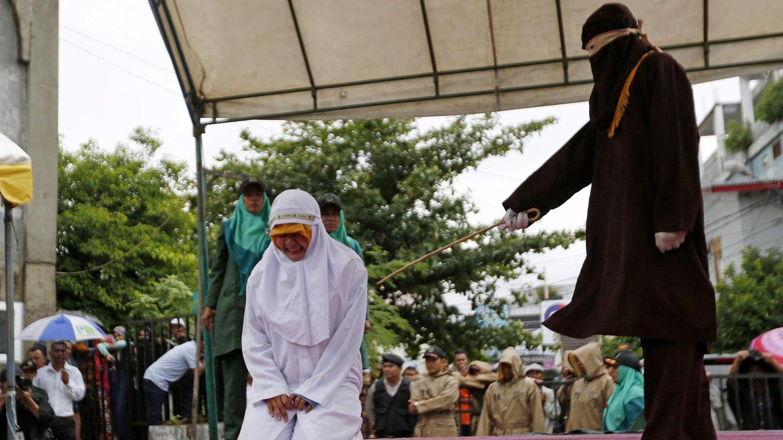 Eine indonesische Frau wird öffentlich ausgepeitscht