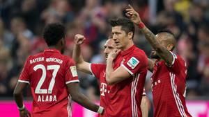 Robert Lewandowski vom FC Bayern München hält sich im Spiel gegen den BVB die rechte Schulter
