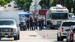 """Kalifornien: Polizisten ermitteln in San Bernadino, Kalifornien, USA, außerhalb der """"North Park""""-Schule"""