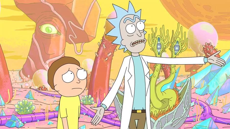 Zu sehen sind Rick und sein Enkel Morty in einer außerirdisch anmutenden Umgebung.