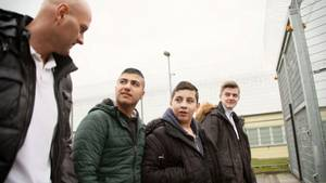 """Projekt """"Gefangene helfen Jugendlichen"""": Häftling Benjamin Targan begleitet die Jungen zu ihrem Besuch in der Justizvollzugsanstalt Hannover."""