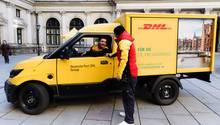 Ein Streetscooter der Deutschen Post steht in der Innenstadt von Hamburg