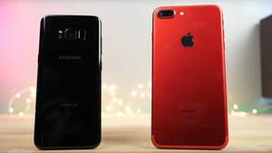 Links das Galaxy S8, rechts das iPhone 7 Plus.