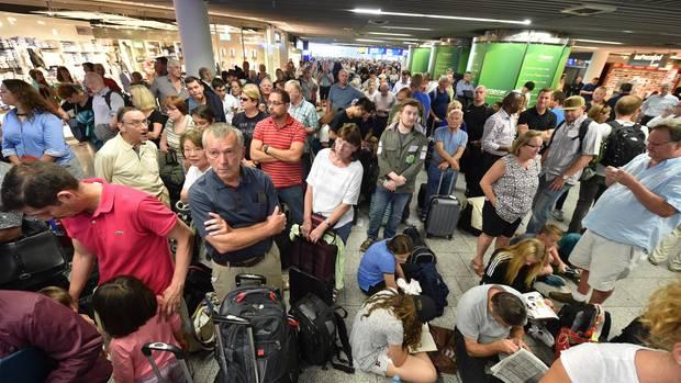 Dichtes Gedränge im Terminal 1 des Flughafens in Frankfurt am Main