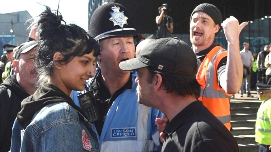 Kundgebung in Birmingham: Junge Frau lacht rechten Pöbelnden ins Gesicht und wird zur Heldin