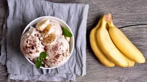 Eis muss gar nicht immer reichhaltig mit Milch und Sahne sein. Pürieren Sie einfach gefrorenes Obst und Sie erhalten cremiges und leckeres Eis. Zum Beispiel Bananeneis. Hier geht's zum Rezept!