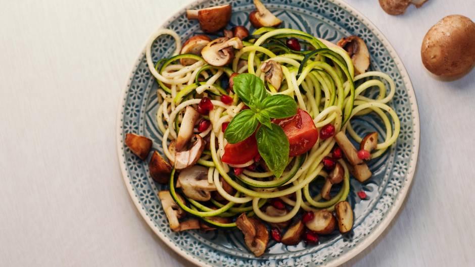 Der wohl beste Weg aus einer kalorienreichen Pasta eine gesunde Alternative zu zaubern: Zucchini-Nudeln. Wie die gelingen, können Sie hier sehen!