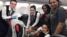 Die glückliche Crew und ihre Helferinnen nach der Geburt auf dem Flug vonConakry nach Ouagadougou.