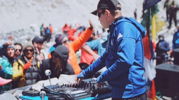 """Party-Rhythmen in knapp 5400 Metern Höhe: DJ John Oakenfold feiert mit rund 100 Bergsteigern die """"höchste Party der Welt""""."""