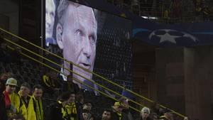 BVB-Geschäftsführer Hans-Joachim Watzke wird auf einer Anzeigetafel im Stadion angezeigt