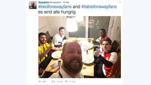 An einem Esstisch sitzen drei BVB-Fans und zwei Fans des AS Monaco. #bedforawayfans hat sie zusammengebracht