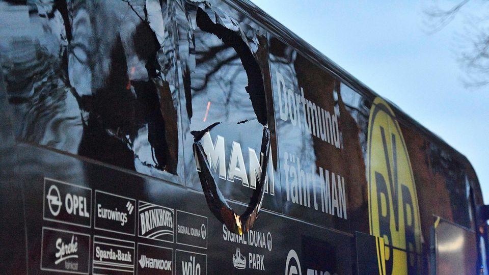 Spuren der Explosion am BVB-Mannschaftsbus