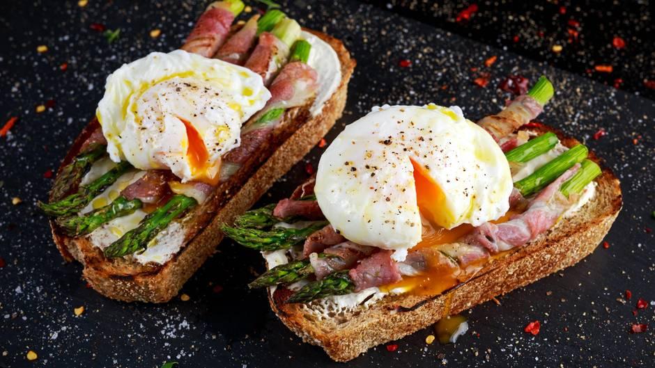 Eier gehören zu den nahrhaftesten Lebensmitteln auf dem Planeten und sind eine gute Quelle für Protein. Eigelb ist reich an B-Vitaminen, die helfen dabei, Nahrung in Energie umzuwandeln. Auch der Mikronährstoff Choline ist in Eiern enthalten, die fördern das Energieniveau.