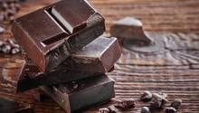Wer Schokolade als Energiereserve nutzen möchte, sollte eine Schokolade mit einer möglichen hohen Konzentration von Kakao wählen. Kakao hilft Stress abzubauen und Energie und Konzentration zu steigern. Zudem enthält dunkle Schokolade etwas Koffein, das das Energielevel ebenfalls nach oben schraubt.