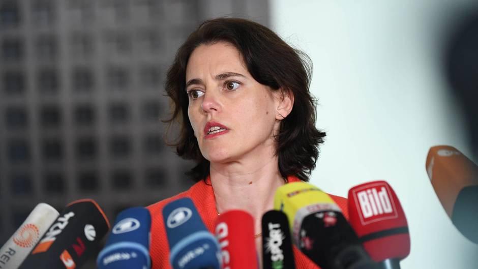 Hinter einem Bündel von Mikrofonen ist der Kopf von Frauke Köhler, Pressesprecherin der Bundesanwaltschaft, zu sehen