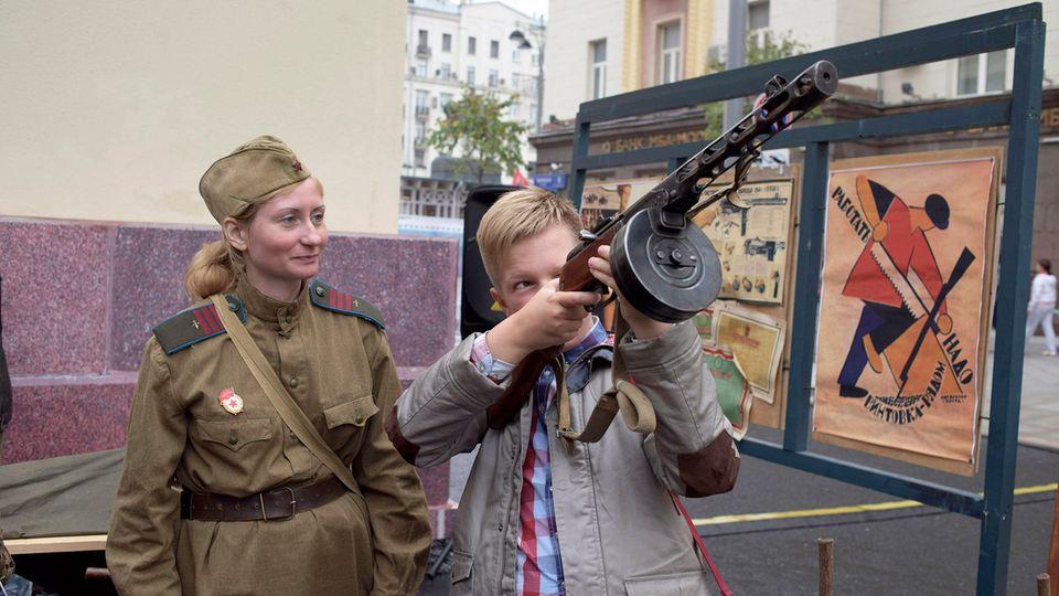 Russland Serie Kind mit Gewehr