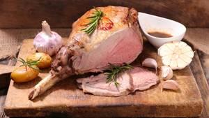 Klassisch im Ofen gebraten: Keule mit Rosmarin, Knoblauch und Gemüse