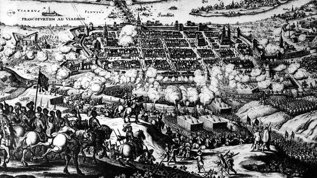 Zu sehen ist ein schwarz-weißes Gemälde mit wildem Schlachtengetümmel vor einer Stadt.