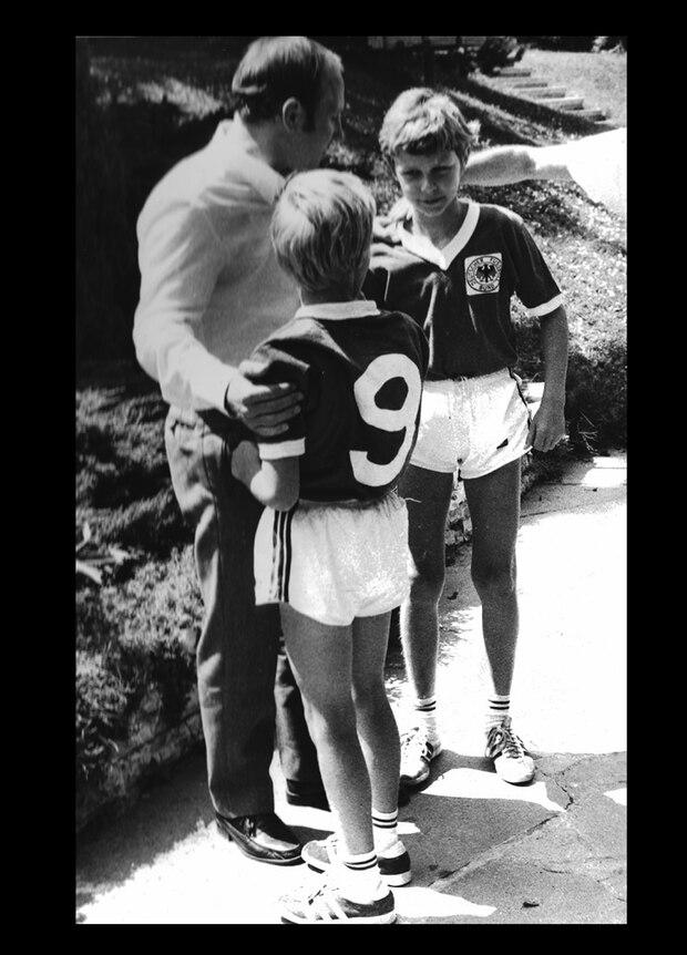 Oft besuchten große Sportler (wie hier Uwe Seeler) Adi Dasslers Villa - und beschäftigten sich auch mit den Enkeln