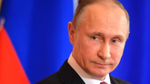 Seltener Auftritt: Putins Freundin sorgt mit patriotischem Kleid für Aufregung