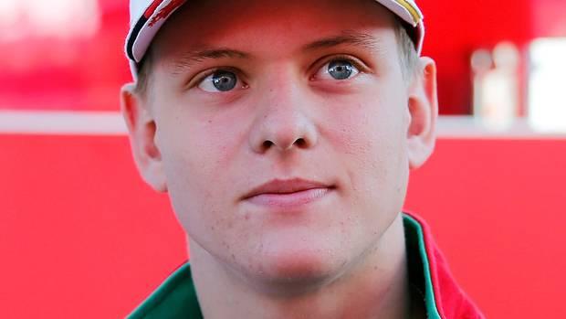 Im Rennanzug und mit Cap auf dem Kopf schaut Mick Schumacher, Sohn von Michael Schumacher, nach links oben